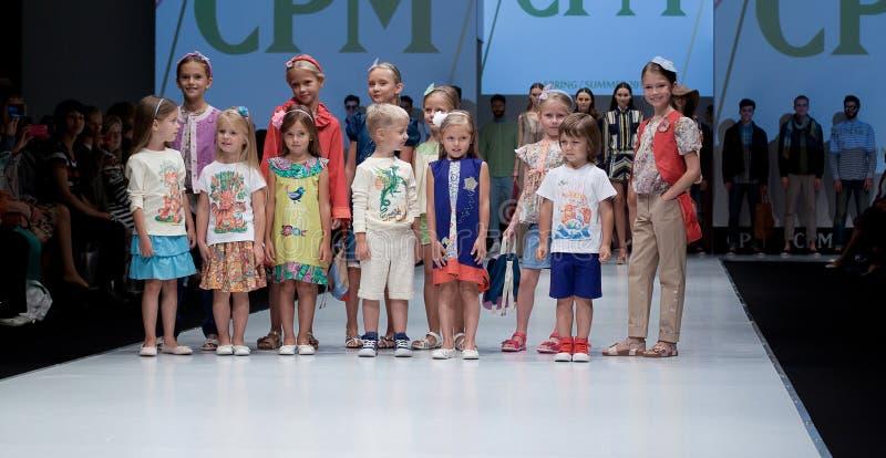 Desfile de moda Cabritos en el podium fotos de archivo
