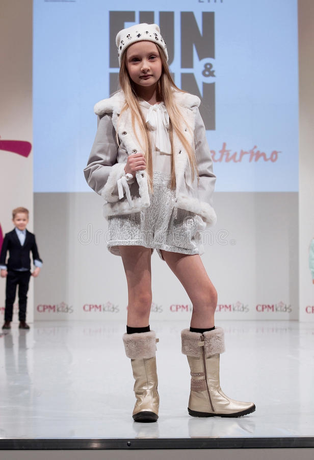 Desfile de moda Crianças, menina no pódio imagens de stock