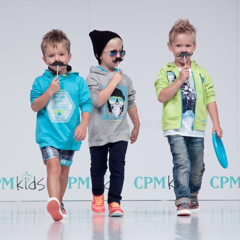 Desfile de moda Crianças, menino no pódio imagem de stock