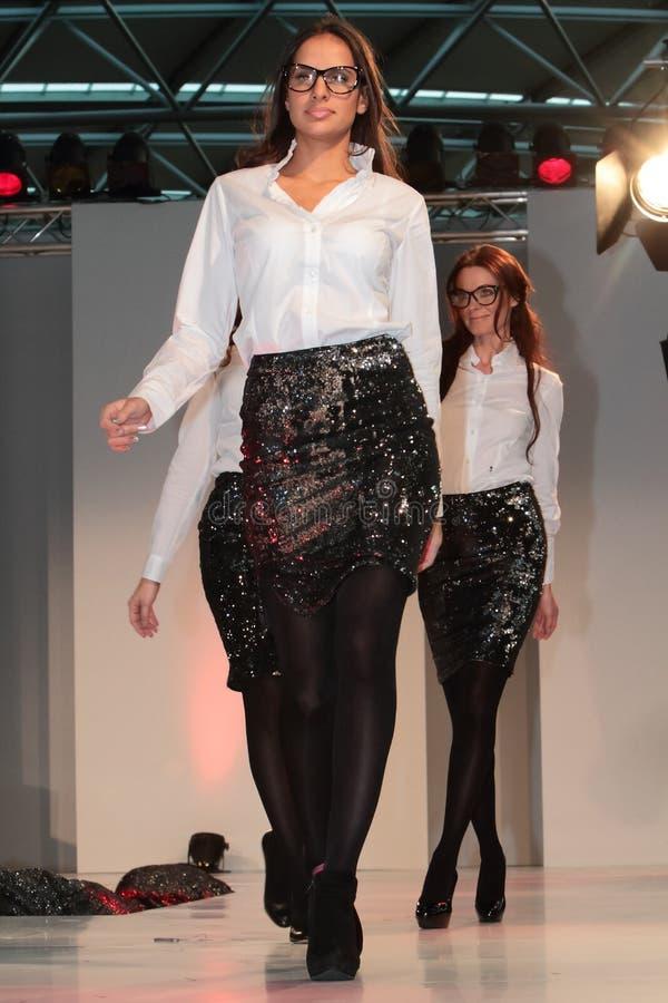 desfile de moda do aeroporto do sseldorf do ¼ dos modelos DÃ foto de stock