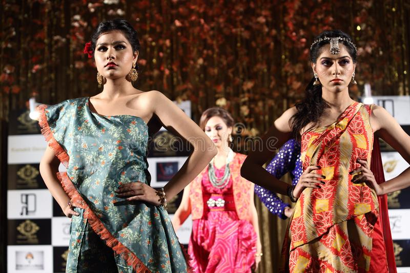 Desfile de moda do estilo do casamento da Índia de Jeewan Kaur fotos de stock royalty free