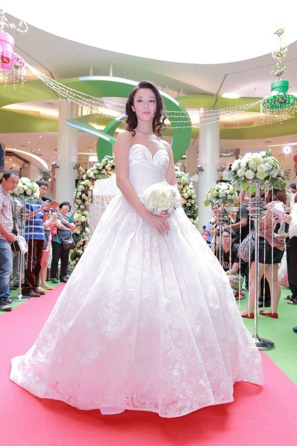 Desfile de moda dos vestidos de casamento foto de stock royalty free