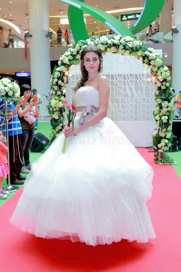 Desfile de moda dos vestidos de casamento imagens de stock