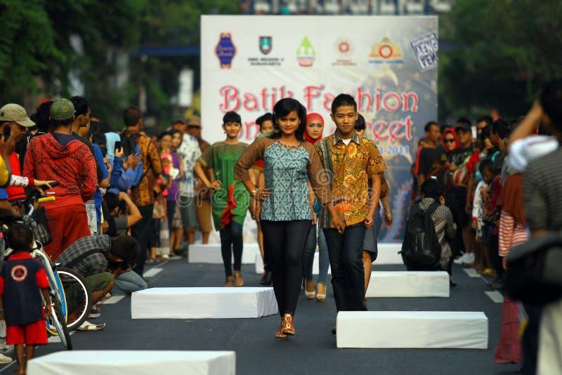 Desfile de moda en el strret fotos de archivo libres de regalías