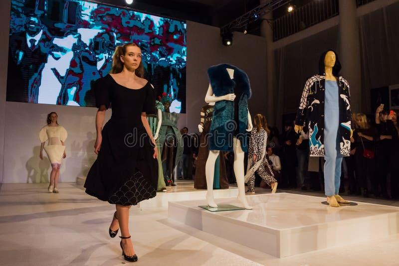 Desfile de moda en St Petersburg fotos de archivo