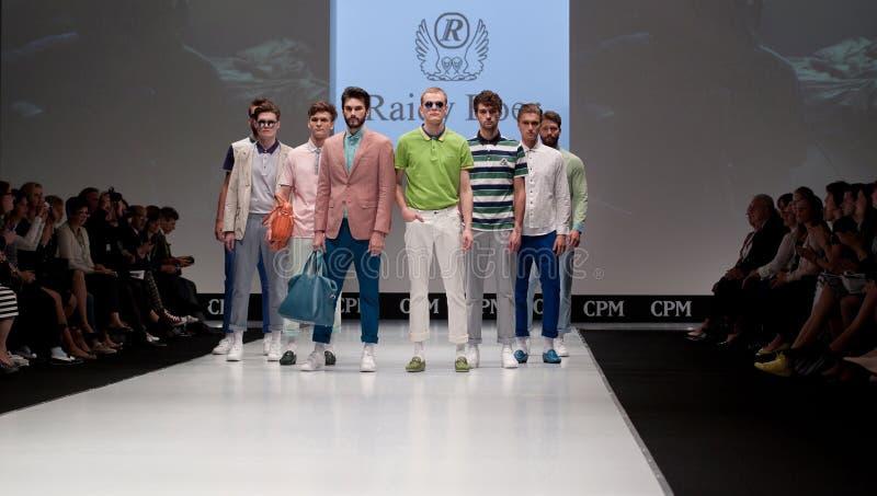 Desfile de moda Hombre en el podio imagenes de archivo