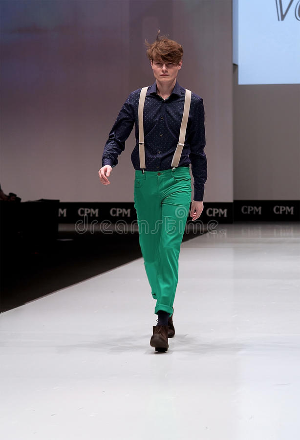 Desfile de moda Homem no pódio fotografia de stock royalty free