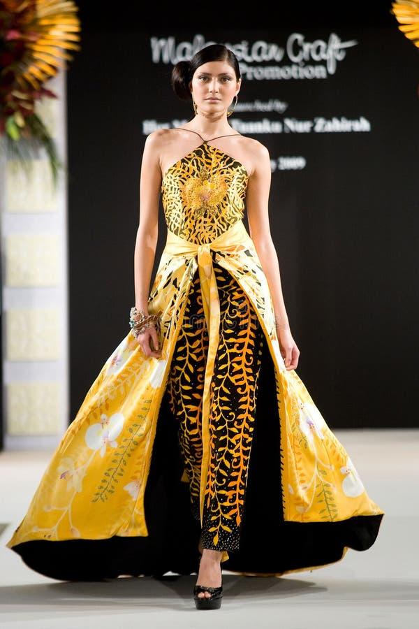Desfile de moda de las materias textiles del batik @ imágenes de archivo libres de regalías
