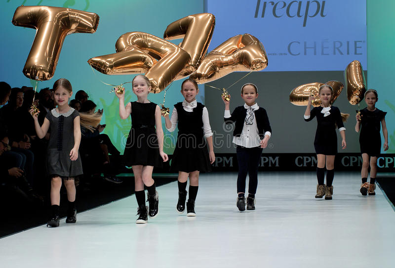 Desfile de moda Miúdos no pódio fotografia de stock