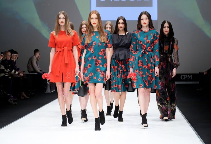 Desfile de moda Mulher no pódio fotografia de stock royalty free