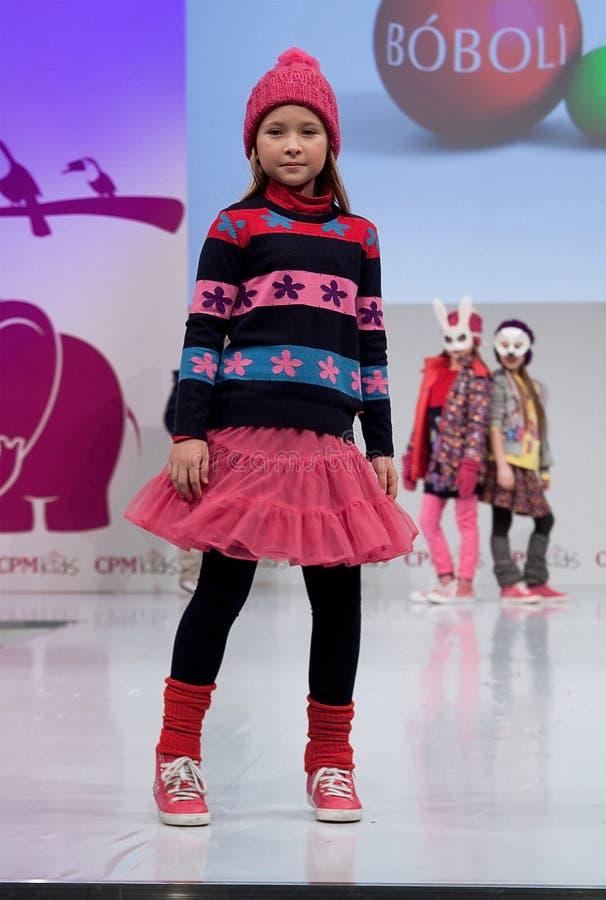 Desfile de moda Niños, muchacha en el podio imagenes de archivo