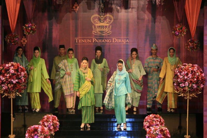 Desfile de moda de Tenunan Pahang imagem de stock royalty free