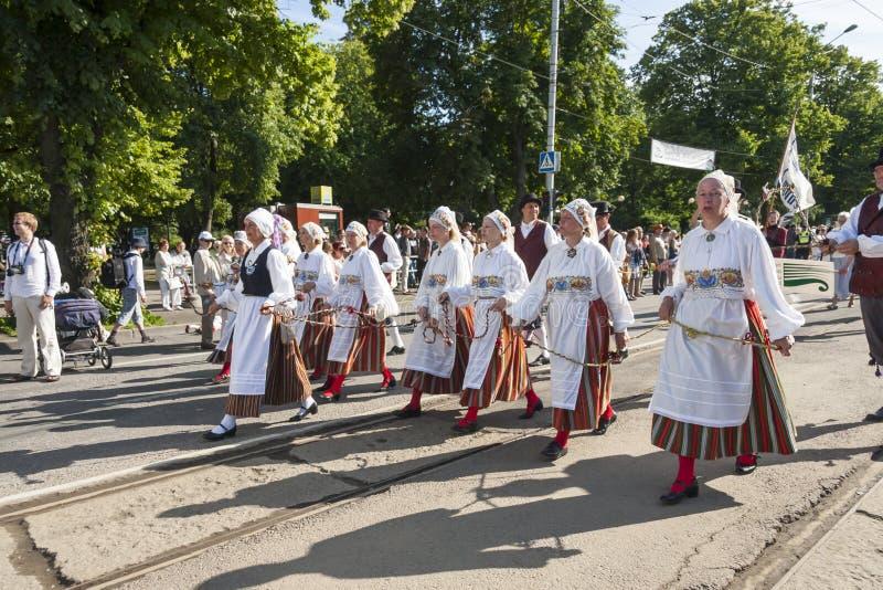 Download Desfile Del Festival Nacional Estonio De La Canción En Tallinn, Estonia Fotografía editorial - Imagen de ropa, camino: 42436212