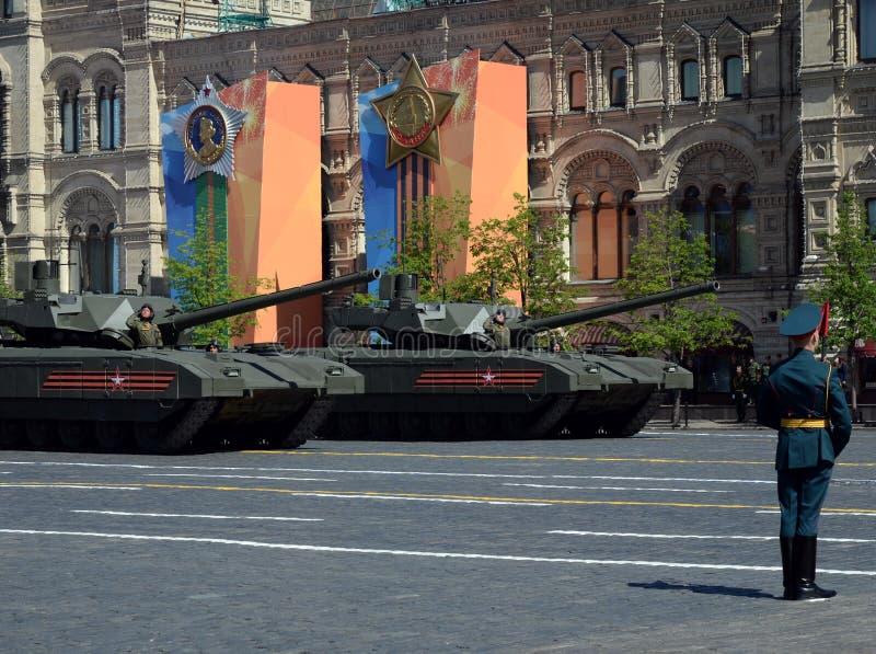 Desfile en honor de Victory Day en Moscú La plataforma seguida pesada del más nuevo de la batalla T-14 del ` ` principal ruso de  imágenes de archivo libres de regalías