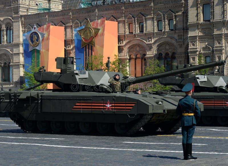 Desfile en honor de Victory Day en Moscú La plataforma seguida pesada del más nuevo de la batalla T-14 del ` ` principal ruso de  fotografía de archivo