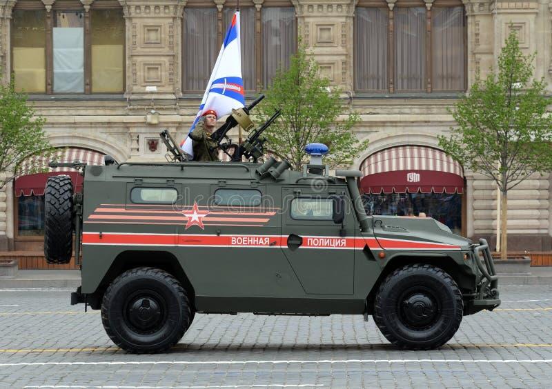 Desfile en honor de Victory Day en Mosc? Policía militar ligera blindada multiusos rusa del 'tigre-m 'del vehículo foto de archivo libre de regalías