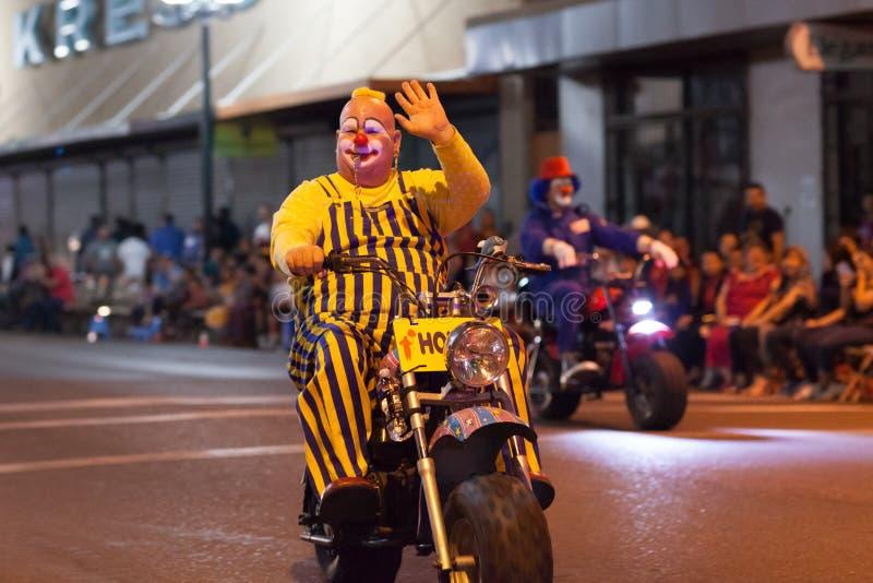 Desfile iluminado de la noche imagenes de archivo