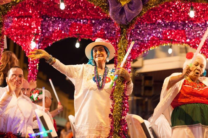 Desfile iluminado de la noche imagen de archivo