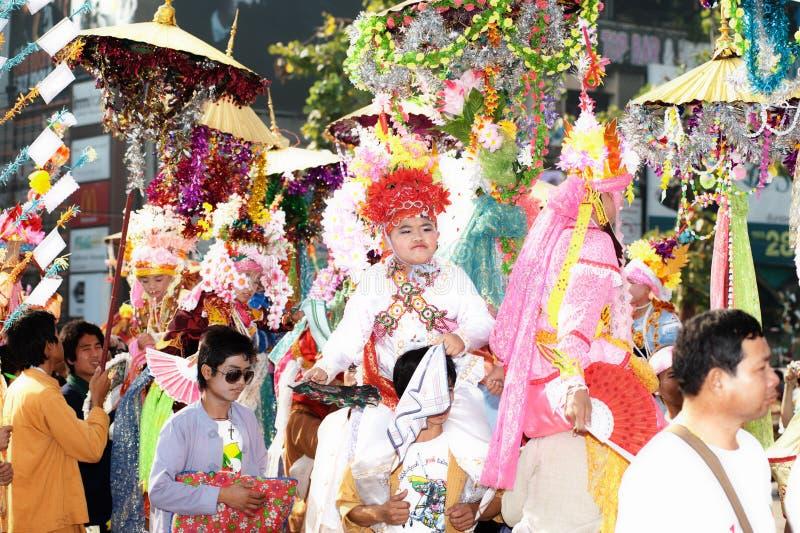 Desfiles del festival Poy-Cantar-largo en septentrional de Tailandia. imagen de archivo libre de regalías
