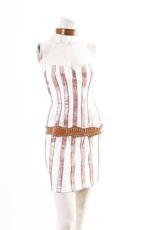 Desgaste blanco del cóctel del mini vestido del oro en la exhibición completa del body shop del maniquí Estilos de la moda de la  foto de archivo