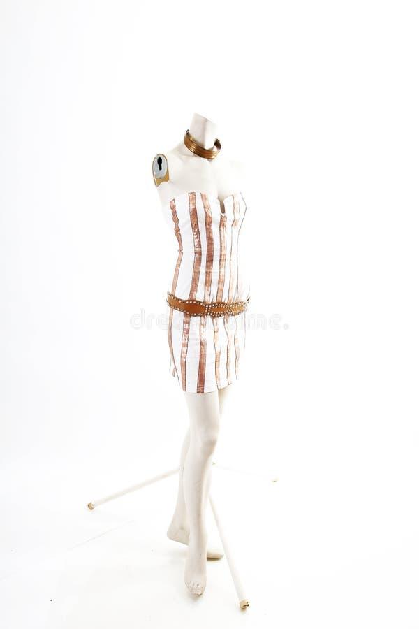 Desgaste blanco del cóctel del mini vestido del oro en la exhibición completa del body shop del maniquí Estilos de la moda de la  fotografía de archivo