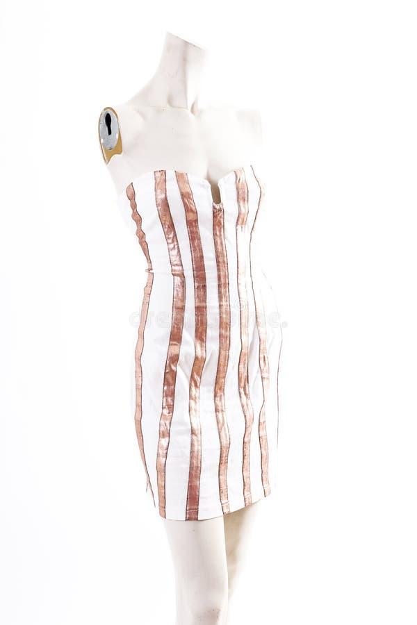 Desgaste blanco del cóctel del mini vestido del oro en la exhibición completa del body shop del maniquí Estilos de la moda de la  imagen de archivo libre de regalías