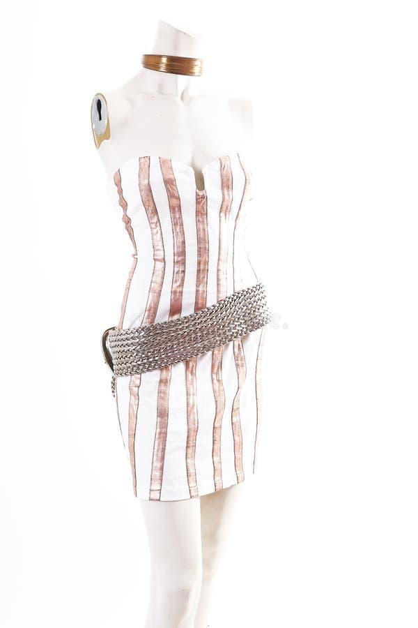 Desgaste blanco del cóctel del mini vestido del oro en la exhibición completa del body shop del maniquí Estilos de la moda de la  imagenes de archivo