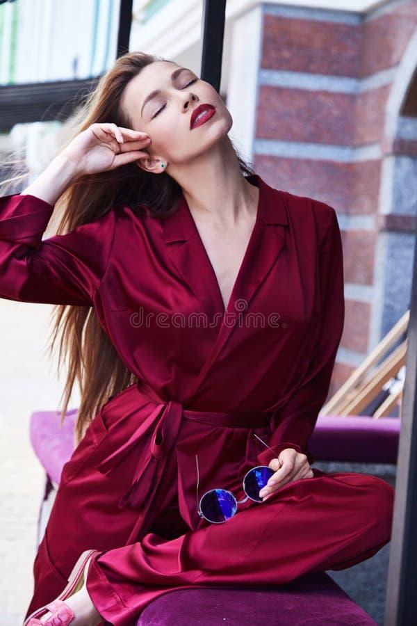 Desgaste cosmético da senhora da composição loura 'sexy' elegante da sensação do perfume da mulher fotografia de stock
