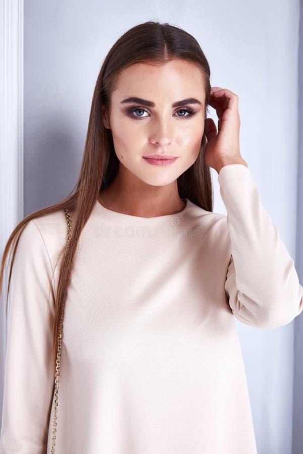 Desgaste de mujer atractivo del modelo de la belleza de la moda en vestido del estilo imagen de archivo