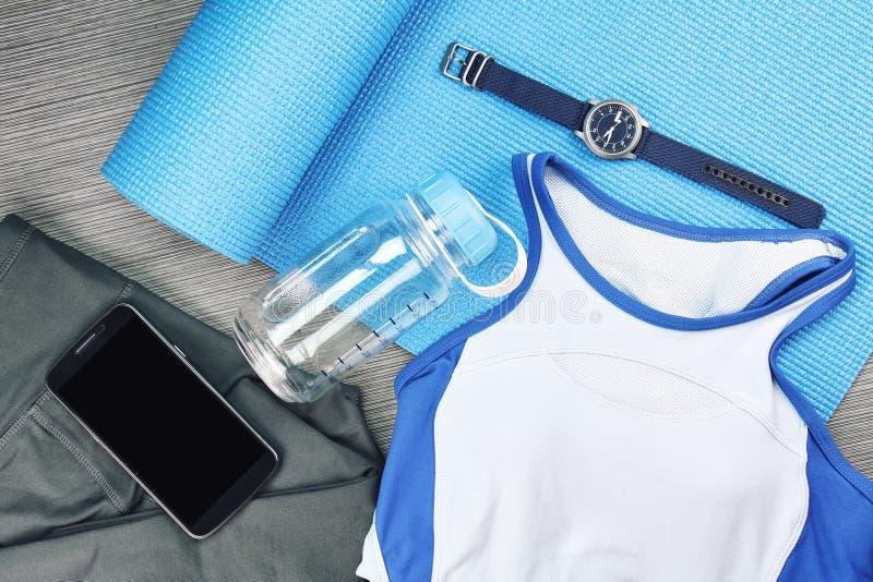 Desgaste do esporte do ` s das mulheres, forma do Gym e acessórios foto de stock royalty free