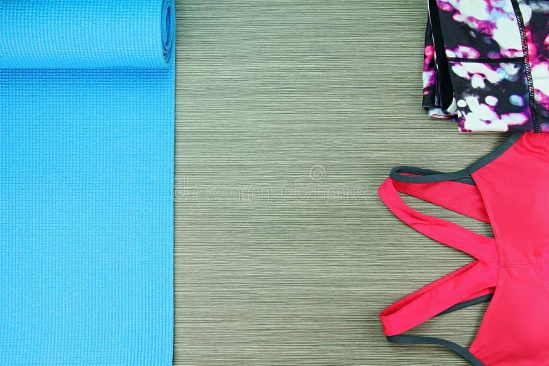 Desgaste do esporte do ` s das mulheres, forma do Gym e acessórios imagens de stock royalty free