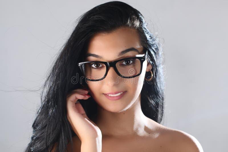 Desgaste fêmea do olho Menina moreno atrativa em vidros transparentes imagens de stock