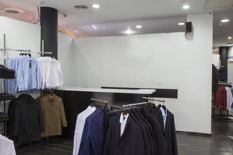 Desgaste formal elegante de los hombres de la tienda, tienda europea del almacén, ropa y zapatos, boda foto de archivo libre de regalías