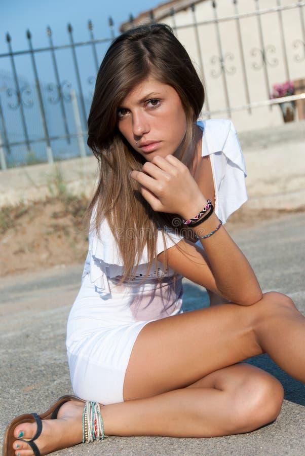 Desgaste moreno ligero de mirada agradable un vestido corto blanco foto de archivo libre de regalías