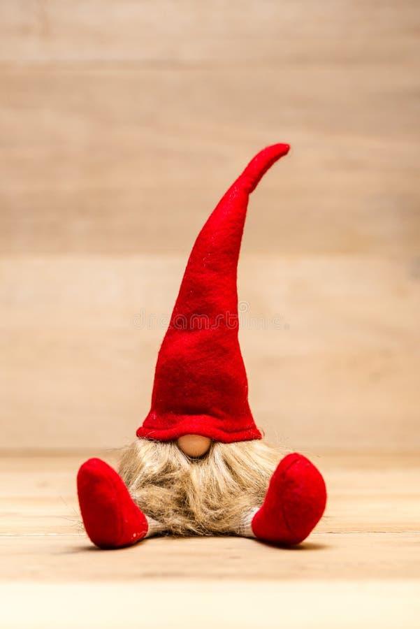 Desgraciado rojo de la Navidad con el fondo de madera fotografía de archivo