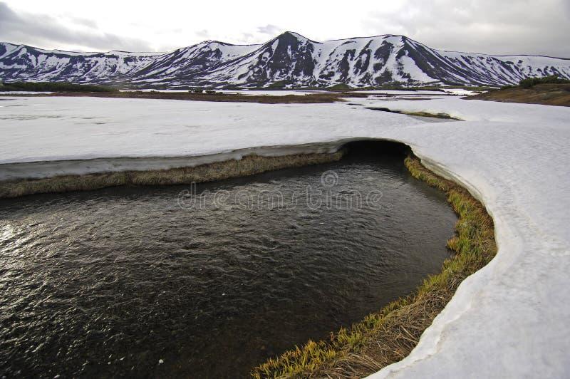 Deshelado y montañas de Kamchatka fotos de archivo
