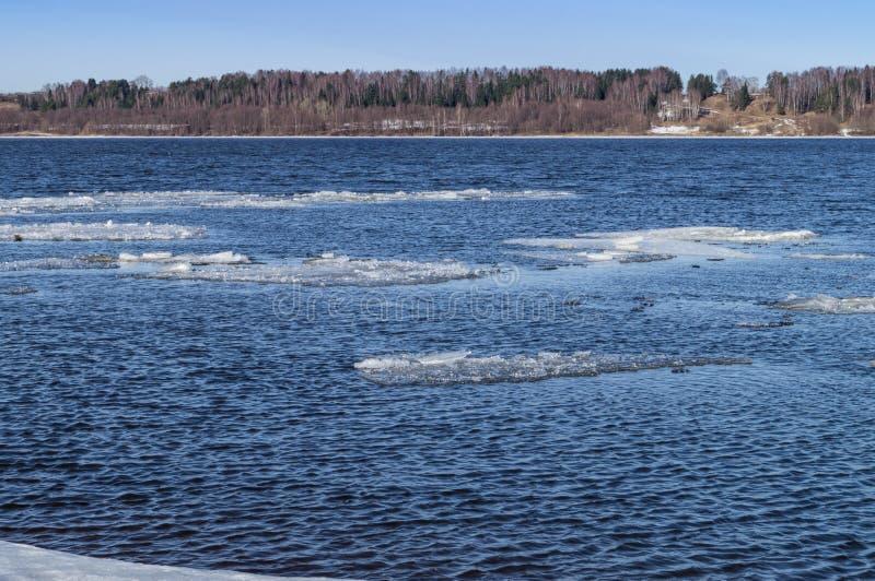 Deshielo del hielo en el río La primavera vino El hielo flota rio abajo Detrás de una neblina azul la costa opuesta es visible foto de archivo libre de regalías