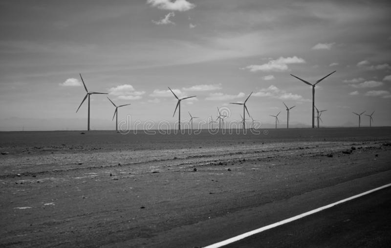 Desierto de Atacama en Chile Molinoes de viento, turbinas de viento fotografía de archivo