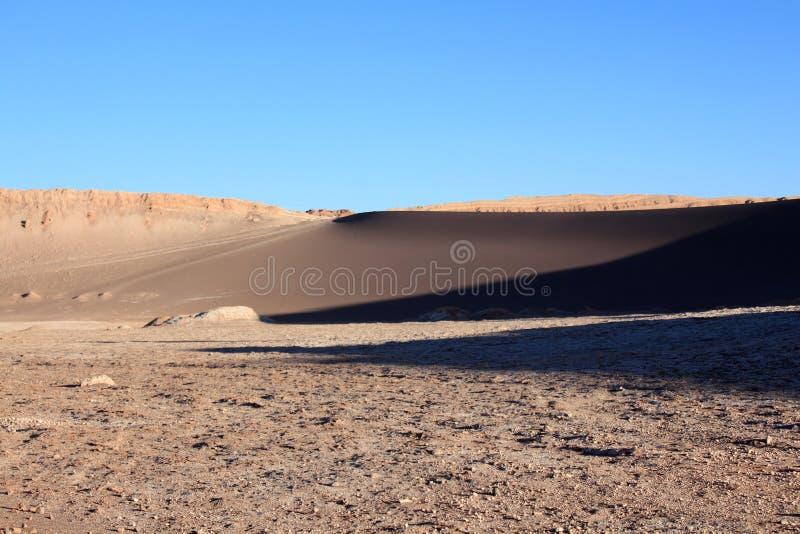 Desierto de Atacama y dunas grandes durante puesta del sol foto de archivo libre de regalías