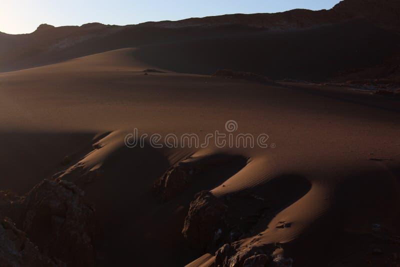 Desierto de Atacama y dunas grandes durante puesta del sol fotografía de archivo libre de regalías