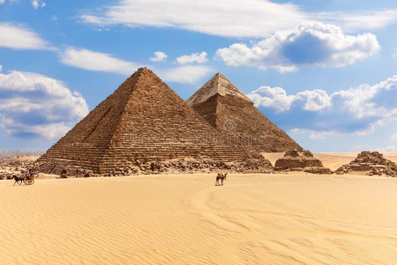 Desierto de Giza con las pirámides famosas de Egipto, opinión hermosa del día imagen de archivo libre de regalías