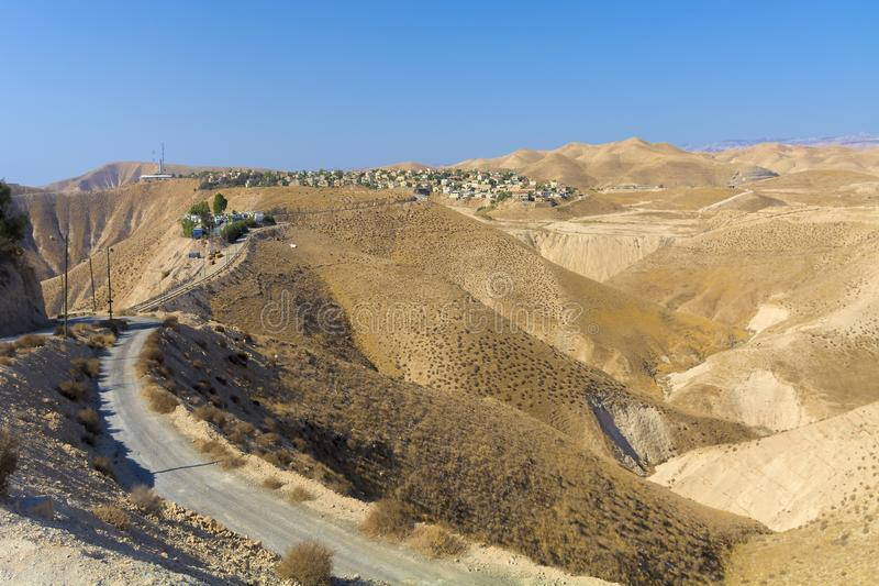Desierto de Israel Negev Visión sobre el desierto del Néguev, con en la distancia la ciudad de Jericó y del camino que funciona c imagen de archivo