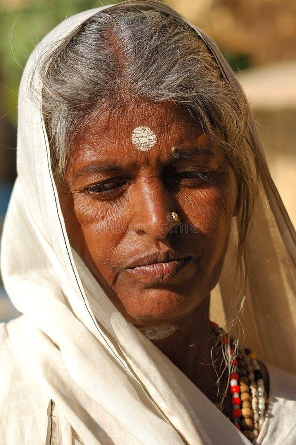 Desierto de la India, Rajasthán, Thar: Mujer colorida imagen de archivo libre de regalías