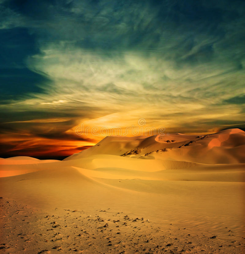 Desierto de Sandy en el tiempo de la puesta del sol imagen de archivo libre de regalías
