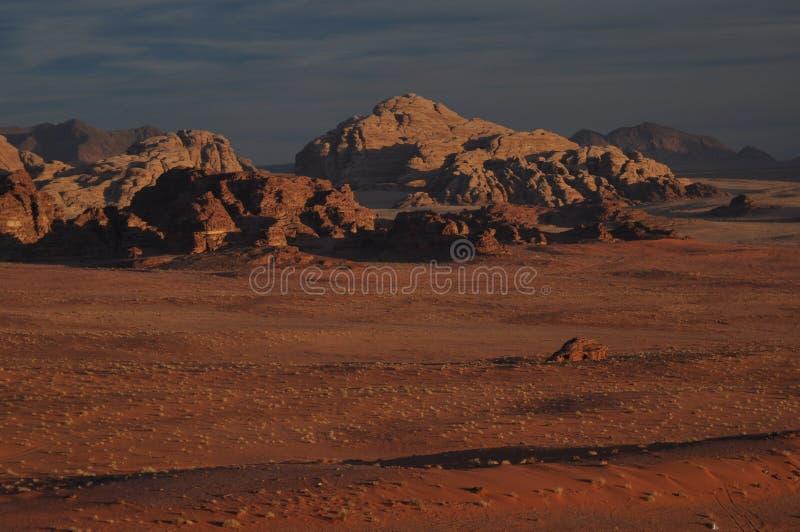 Desierto del ron del lecho de un río seco en Jordania foto de archivo