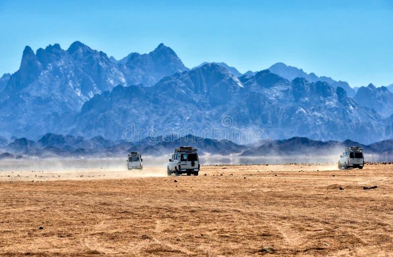 Desierto del Sáhara con los jeeps para el safari fotografía de archivo libre de regalías