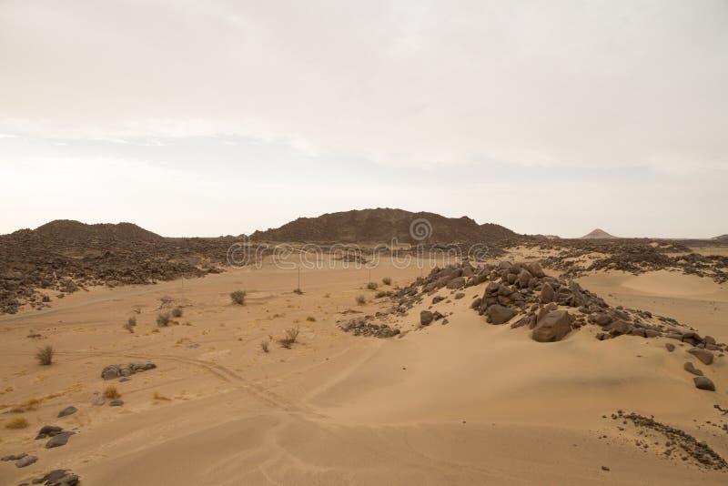 Desierto del Sáhara en Sudán con los cantos rodados grandes en las dunas imagenes de archivo