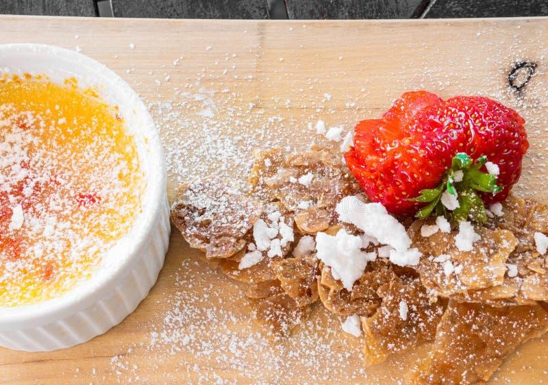 Desierto en un cuenco blanco, fresa, postre francés delicioso del brulle de la nata foto de archivo