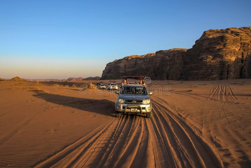 Desierto Jordania de Wadi Rum, en 17-09-2017 El conjunto en la luz hermosa de la puesta del sol, donde beduino en los visitantes  fotos de archivo libres de regalías