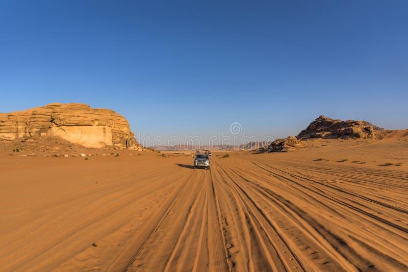 Desierto Jordania del ron del lecho de un río seco en un paisaje hermoso, la gente beduina conduce los coches la mayoría de los t fotos de archivo